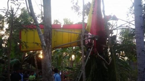Pesawat Jatuh dan Tersangkut Pohon di Halaman Rumah Warga di Gunungkidul