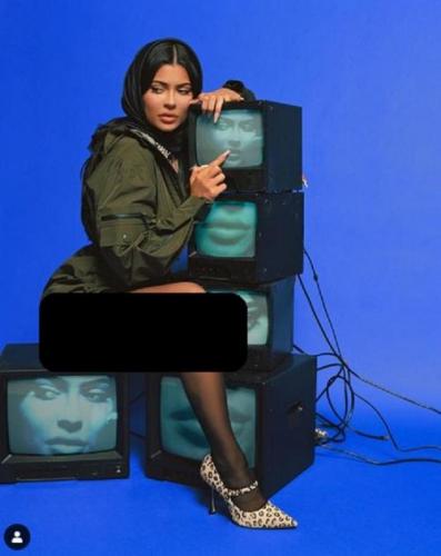 Kylie Jenner Unggah Foto Pakai Hijab Tanpa Celana, Warganet: Apa yang Ada di Kepalamu? Tidak Sopan
