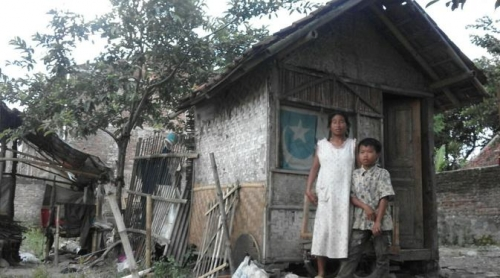 Bocah Yatim Ini Berjalan Kaki Puluhan Kilometer Setiap Hari untuk Nafkahi Ibu dan Adiknya