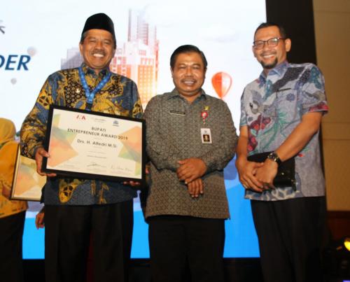Satu-satunya di Riau, Siak Terima Penghargaan Bupati Entepreneur Award 2019