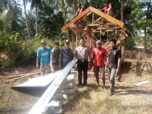Bersama Masyarakat, Polsek Rangsang Bangun Pos Kamling