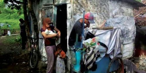 Memilukan, Keluarga Ini Terpaksa Tinggal di Kandang Ayam Warga karena Tak Mampu Kontrak Rumah