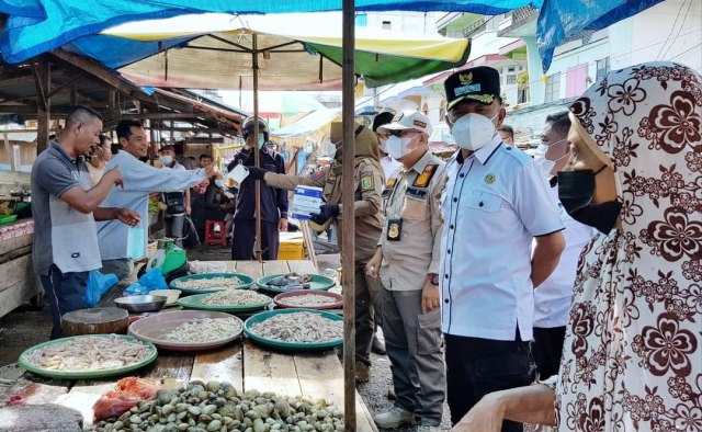 Jelang Idul Fitri, Pastikan Stok Sembako Aman dan Penerapan Prokes, Wabup Asmar Tinjau Pasar dan Pelabuhan
