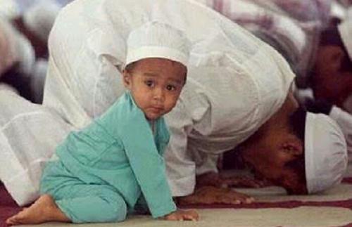 Usia Berapa Tahun Anak Boleh Dibawa Salat Berjamaah ke Masjid? Ini Jawabannya