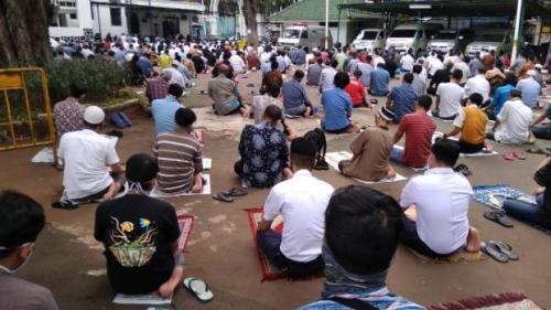 Jaga Jarak, Jamaah Shalat Jumat di Masjid Cut Meutia Melimpah ke Trotoar, Ini Penampakannya