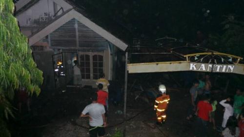 Diduga Akibat Rembesan Pembakaran Sampah, 1 Rumah Tak Berpenghuni di Rumbai Ludes Dilalap Sijago Merah