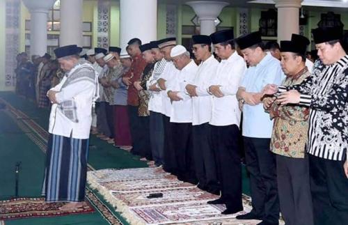 Usai Tarawih Terakhir di Masjid Nurul Iman, Jokowi Langsung Bagikan Sembako di Batang Arau Padang