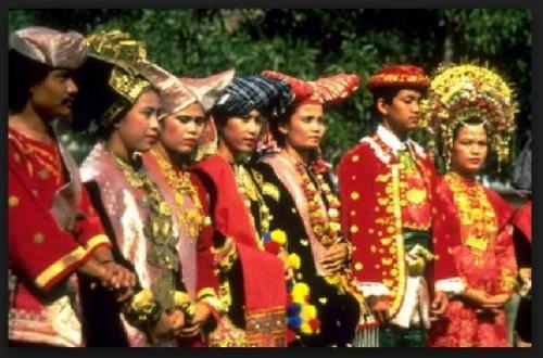 Lihat Pakaian Adat Minang, Jokowi: Ini Pakaian Adat yang Bagus