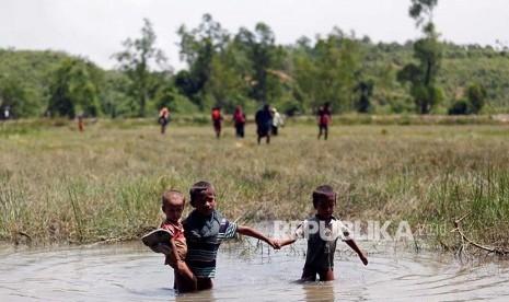 Muslim Rohingya Gendong Ibunya 4 Hari Tanpa Makan untuk Mengungsi ke Bangladesh