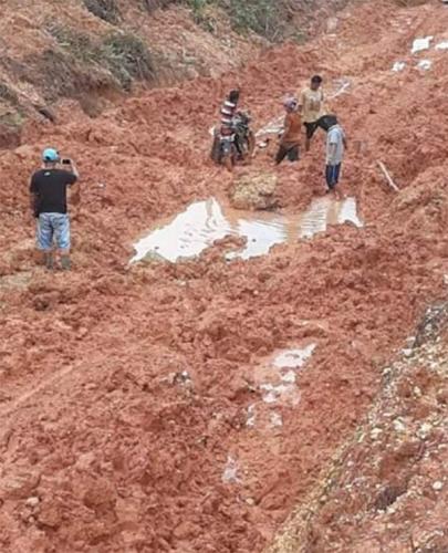 Terancam Terisolir, Jalan Lipat Kain - Lubuk Agung Kampar Rusak Parah, Warga Terpaksa Menembus Kubangan Lumpur