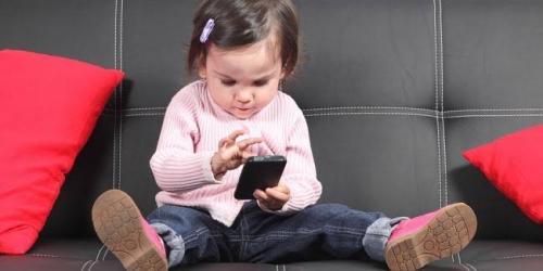 Dokter dan Psikolog Imbau Orangtua Hentikan Berikan Mainan Digital kepada Balita