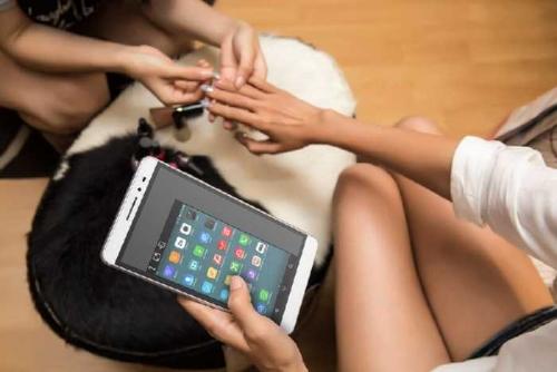 Kawinkan Smartphone dan Tablet, Lenovo Lahirkan PHAB Plus dan PHAB