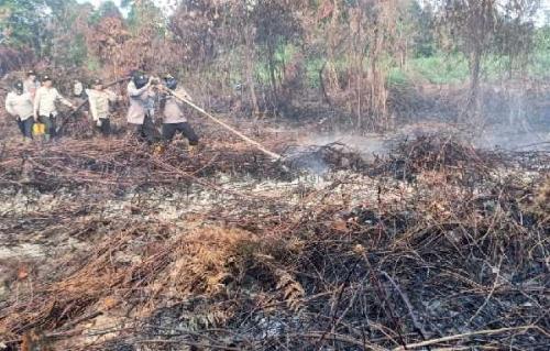 Meski Api Telah Padam di Tanah Putih, Polisi Tetap Setia di Lokasi Mengantisipasi Kebakaran Susulan