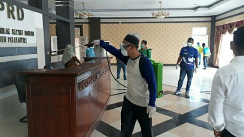 Sebelum Paripurna, Gedung DPRD Pelalawan Disemprot Disinfektan