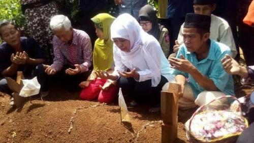 Temani Mensos Berziarah ke Makam Yuyun, Orangtua dan Warga Cucurkan Air Mata