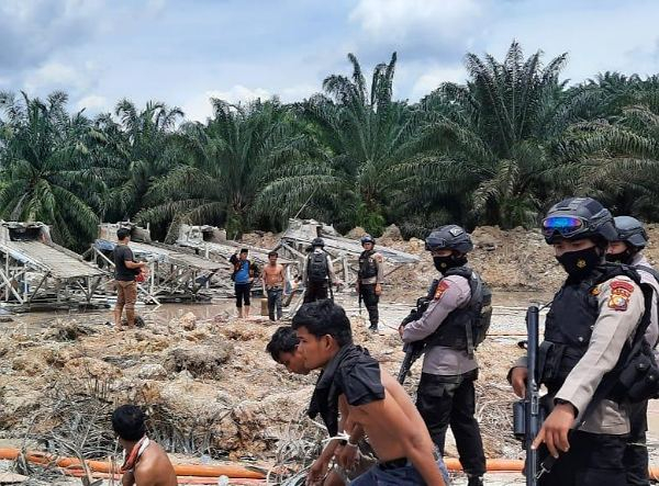 Polda Riau Kerahkan Brimob ke Kuansing Tangkap 11 Pelaku Tambang Emas Ilegal