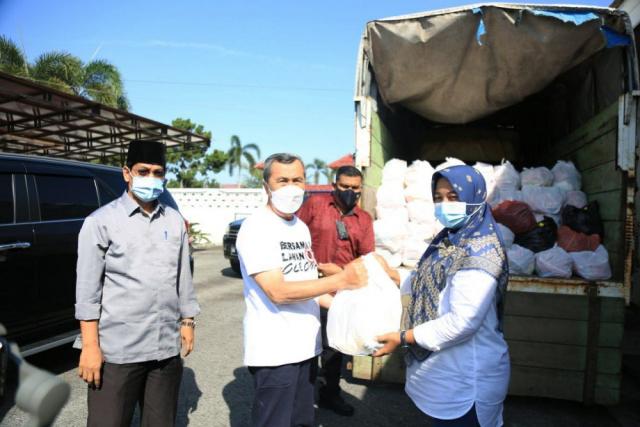 Sesuai Permintaan Camat, Gubernur Riau Syamsuar Serahkan 200 Paket Sembako ke Tenayan Raya
