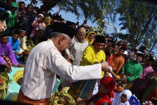 Ritual Mandi Safar, Pantai Tanjung Lapin Berubah Jadi Lautan Manusia
