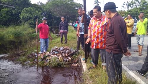Drainase Dipenuhi Sampah Jadi Penyebab Rumah Warga di Siak Kebanjiran, Dinas PU Tarukim Lakukan Normalisasi