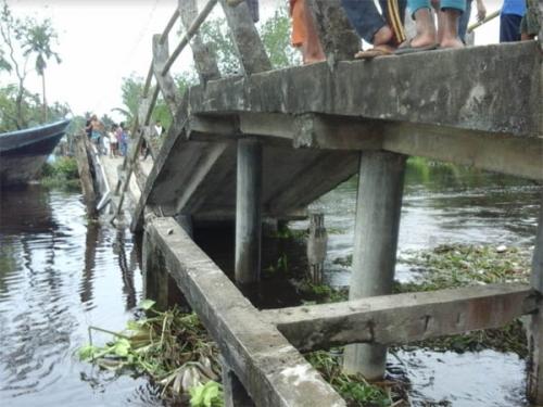 Pasca Jembatan di Lahang Inhil Ambruk, Warga Gunakan Sampan untuk Menyebrang