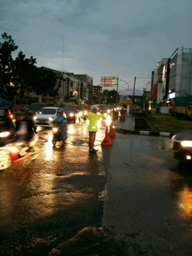 Anak Sungai Jalan Riau Meluap, Polresta Pekanbaru Berlakukan Buka Tutup Jalur