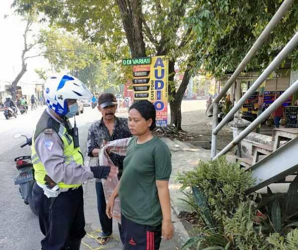 Temukan Wanita Muda Tanpa Busana di Jalan, Anggota Satlantas Aiptu Amin Belikan Celana dan Baju