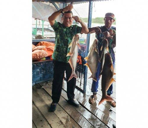 Reses di Teluk Mega, Husaimi Diajak Mancing Ikan Patin