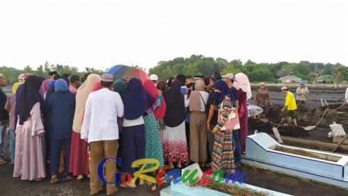 Isak Tangis Iringi Prosesi Pemakaman Jenazah Wanita yang Tewas di Malaysia