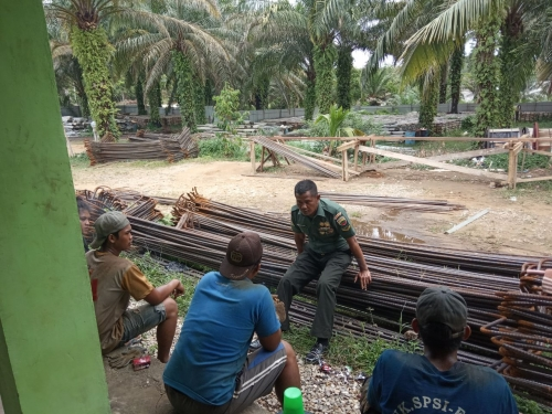 Tidak Memandang Profesi, Babinsa Melaksanakan Komsos dengan Pekerja Bangunan