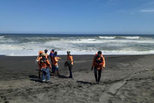 Tujuh Wisatawan 2 Keluarga Terseret Ombak Saat Main di Pantai, 2 Tewas, 5 Belum Ditemukan