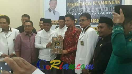 Maju di Pilkada Pelalawan, Zukri Ambil Formulir Pendaftaran di PKS
