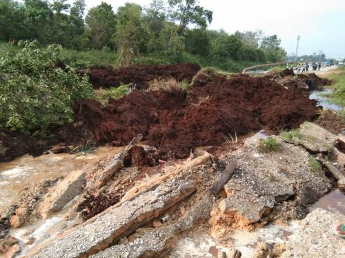 Baru Saja, Jalan Nasional Pusako - Buton di Riau Putus Total, Satu Truk Cangkang Tenggelam