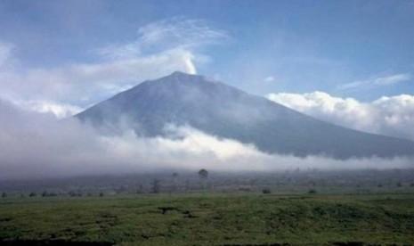 Gunung Kerinci Berpotensi Semburkan Abu Vulkanik, Penerbangan Diimbau Menghindar