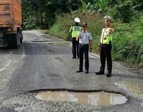 Tinjau Sejumlah Jalan Berlubang, Kasatlantas Polres Kampar Imbau Pengendara Tingkatkan Kewaspadaan