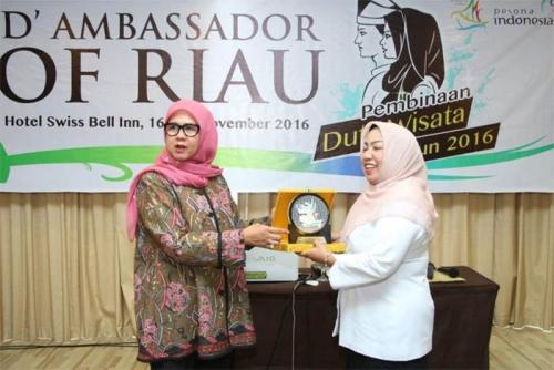 Waktu Gadis Hobi Panjat Pohon dan Sempat Jaga Toko Bangunan, Hj Yulisma Kini Jabat Kabid Pemasaran Pariwisata Riau