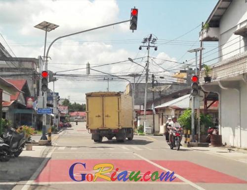 Truk Ini Tertangkap Kamera Terobos Lampu Merah di Jalan Sutomo Kota Siak