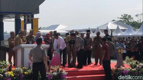 Berhasil Terobos Paspampres, Seorang Wanita Pingsan di Hadapan Jokowi
