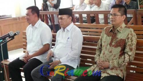 Sehari Sebelum Ditetapkan Sebagai Tersangka, Suparman Sempat Ngobrol dengan Plt Gubernur Riau di Tangga