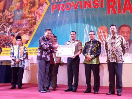 Kapolres Kampar Terima PWI Riau Award 2017 di Hari Pers Nasional