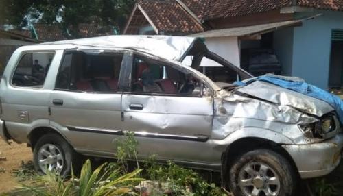 Pecah Ban, Minibus Terguling 4 Kali, 1 Penumpang Tewas dan 7 Terluka