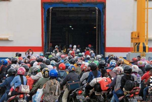 Ribuan Pemudik Motor dari Sumatera Padati Dermaga III Bakauheni