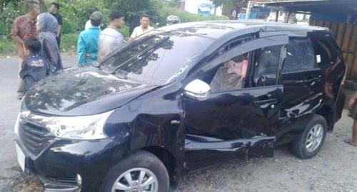 Mesin Mati di Atas Rel, Avanza Remuk Ditabrak dan Terseret Kereta Api Rute Padang-Pariaman