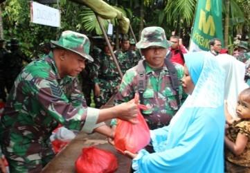 Babinsa Koramil 05/KK Bagikan Paket Sembako Gratis