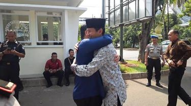 Sandi Uno dan Eric Tohir Berpelukan di Kediaman Ketua DPR