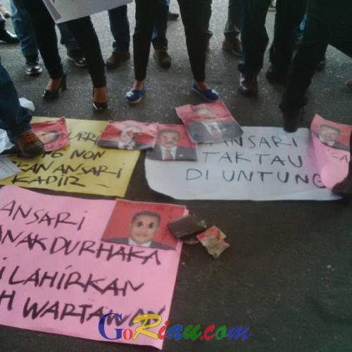 Puluhan Wartawan Geruduk Kantor Gubernur Riau, Tuntut Pemecatan Anshari Dari Jabatanya Karena Diduga Lecehkan Profesi Jurnalis