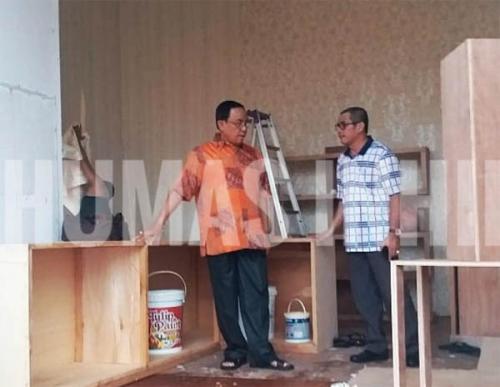 Tinjau Pembuatan Stand Bazar Inhil di MTQ Riau, Bupati Minta Potensi Kelapa Ditonjolkan