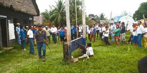 Kinerjanya Mengecewakan, Wali Kota Dipasung Warga di Tanah Lapang