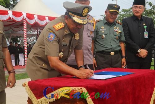 Dukung Pengamanan Pemilu Serentak 2019 di Siak, Bupati Alfedri Lantik 1.859 Anggota Satlinmas