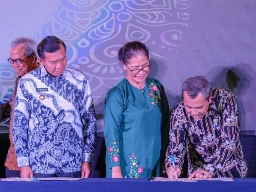 Teken MoU Wisata Halal dengan Kemenpar RI, Gubri Syamsuar Kenakan Batik Muhammad Betangkup Khas Siak