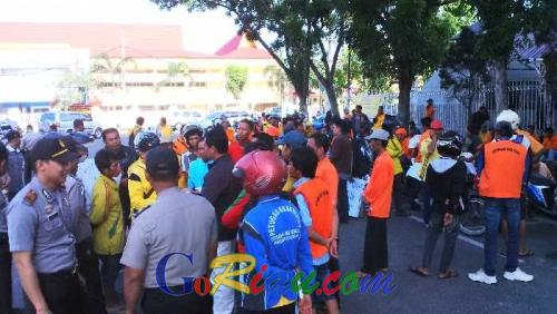 Breaking News: Ratusan Massa Aliansi Buruh Kebersihan Kota Pekanbaru Berunjuk Rasa di Kantor Walikota dan DPRD